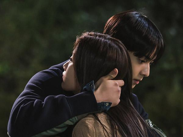 Cha Eunwoo Peluk Erat Moon Ga Young di Episode Baru True Beauty