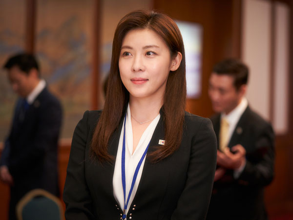 Ha Ji Won Buktikan Mapan Meski Diasuh Penagih Hutang dalam Film Baru
