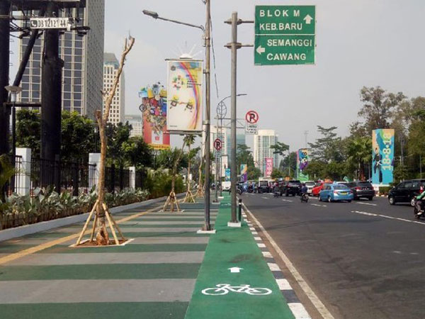 Jalur Sepeda Terhalang Tiang Lampu Penerangan, Sandiaga: Harus Jago Zig-zag
