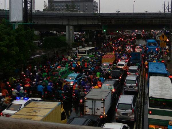 Hujan Deras Terus Menerus, Hindari 10 Titik Ruas Jalan Berikut yang Macet Parah