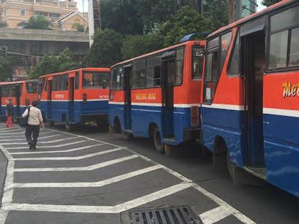 Ahok Cuek Metro Mini Mogok, Transjakarta Angkut Penumpang di Jalan dan Gratis