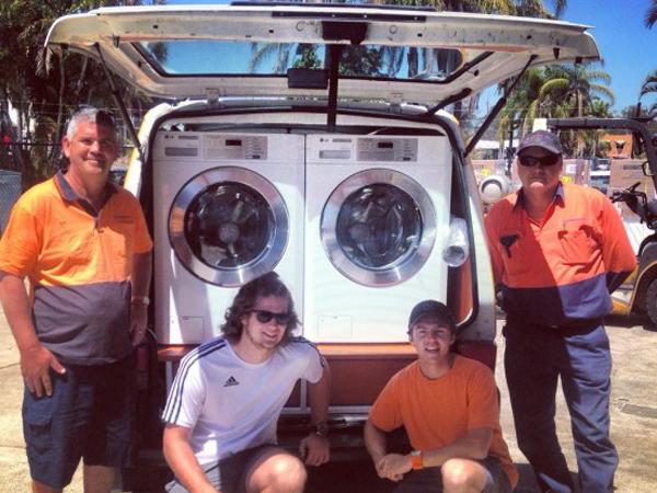 Dua Pria Asal Australia, Jadikan Mobilnya Jadi Tempat Cuci Gratis Buat Orang Tidak Mampu