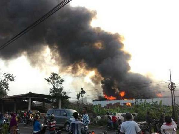 Dua Pabrik Mebel Milik Keluarga Presiden Jokowi Terbakar, Puluhan Mobil Damkar Dikerahkan
