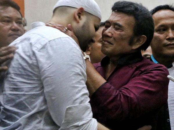 Hasil Vonis Akhir Kasus Narkoba Dijatuhkan, Ridho Rhoma Menangis di Pelukan Rhoma Irama