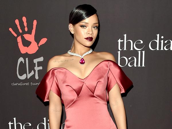 Wow, Rihanna Pimpin Langsung Orkestra di Konsernya Sendiri!