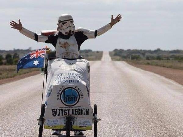 Hobi Beramal, Pria Ini Berjalan Sejauh 15.000 Kilometer Dengan Kostum A la Star Wars