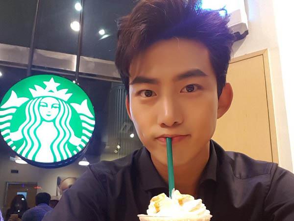 Pulang Promosi Naik Sepeda, Taecyeon 2PM Curi Perhatian Netizen!