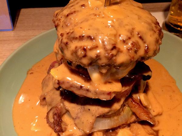Yummy! Begini Jadinya Jika Steak Bersatu dengan Burger dan Disiram Saus Keju!