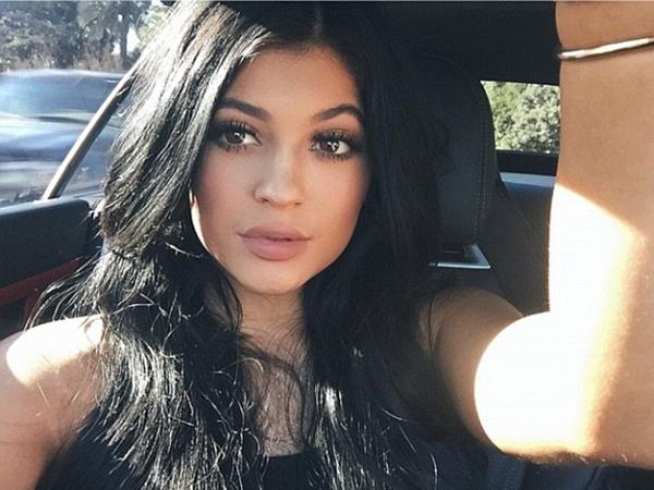 Mengemudi Sambil Foto, Kylie Jenner Dibanjiri Kritikan!