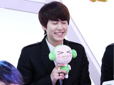 10 Idola K-Pop yang Pandai Tirukan Ekspresi Boneka