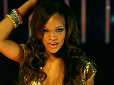 Rihanna Pakai Kaos Bergambar Kontroversial
