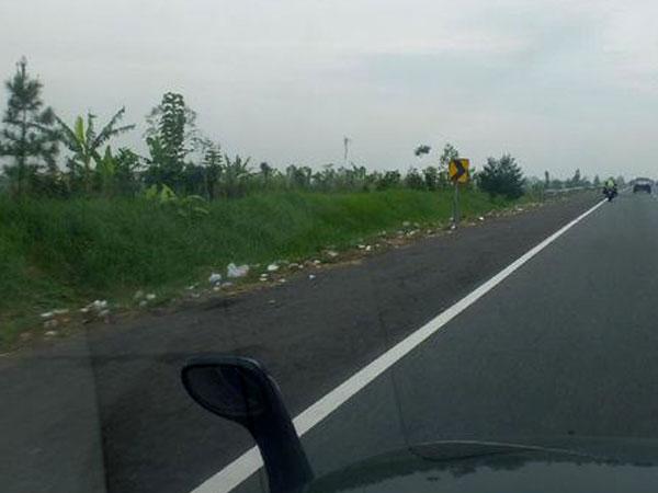 Miris, Pemudik Tinggalkan Tumpukan Sampah di Pinggir Jalan Tol Cipali