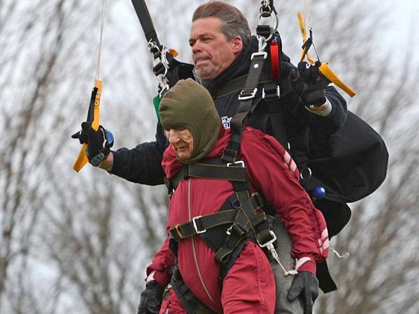 Ekstrim, Nenek Ini Rayakan Ulangtahun ke-100 dengan Skydiving!