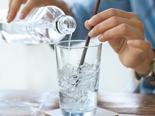 Minum Air Dingin Pada Saat Musim Panas Justru Membahayakan Tubuh Loh!