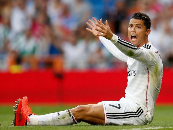 Duh, Ronaldo Tertangkap Kamera Tengah Injak Pemain Lawan di Lapangan!