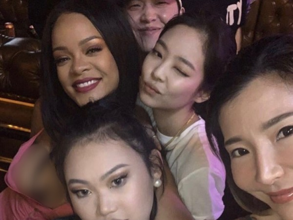 Terlihat Akrab, Rihanna dan Jennie BLACKPINK Selfie Bareng di Acara Fenty Beauty