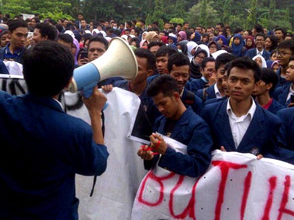 Protes Uang Kuliah Naik Hingga Ratusan Juta Rupiah, Mahasiswa UNDIP Demo Besar-besaran