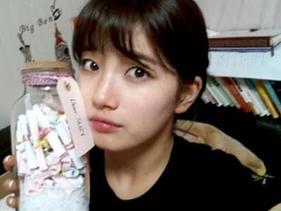 Suzy Tampilkan Botol Penuh Surat dari Fans