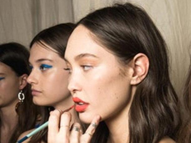 Berani Coba Tips Make-up Unik Aplikasikan Eyeliner di Bibir Ini?
