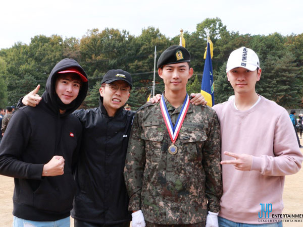 Dijenguk Member 2PM, Intip Penampilan Gagah Taecyeon Saat Wajib Militer