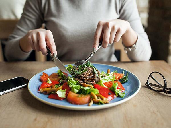 5 Makanan yang Harus Dihindari Saat Terinfeksi Virus Corona