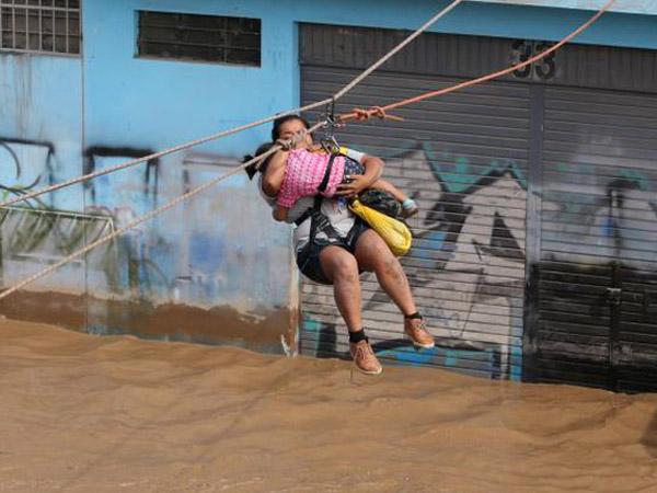 Pemandangan Menegangkan Warga Peru Berjuang Hadapi Banjir Bak Tsunami