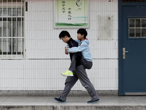 Anak Ini Menggendong Temannya yang Lumpuh ke Sekolah Selama Tiga Tahun