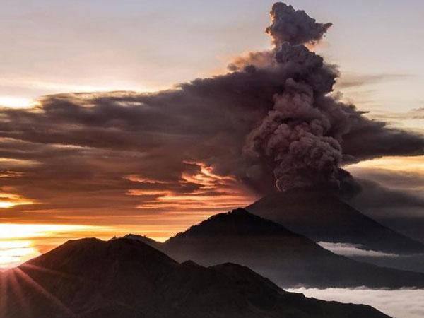 Abu Gunung Agung Mengancam, Bandara I Gusti Ngurah Rai Akhirnya Ditutup
