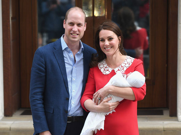 Pasca Lahiran, Kate Middleton dan Pangeran William Pamerkan Bayinya Ke Publik!