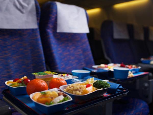Ternyata Ada Penyebab Makanan di Pesawat Selalu Terasa Aneh