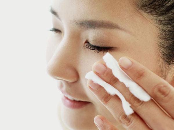Fakta Mengejutkan Ini Bakal Buat Kamu Rajin Bersihkan Makeup Mata Sebelum Tidur