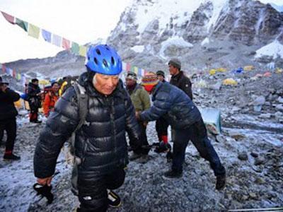 Dua Pemanjat Tertua Bersaing Taklukan Everest
