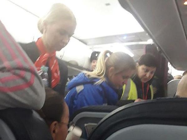 Duh, Pesawat Rusia Mendarat Darurat Setelah Beberapa Penumpangnya 'Berubah Jadi Hijau'