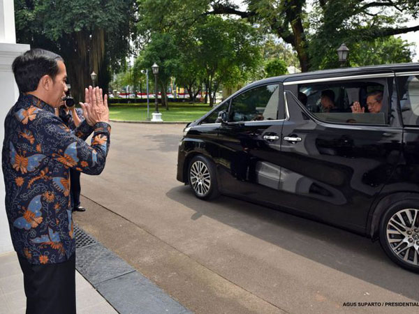 Saat Jokowi dan SBY 'Cipika-Cipiki' Disambut Tepuk Tangan Tamu-tamu Istana