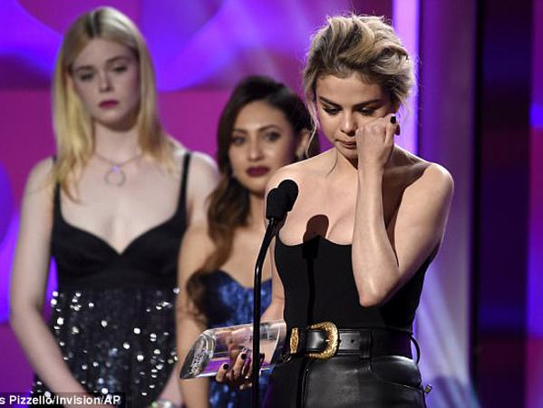 Tangis Selena Gomez Saat Terima Penghargaan 'Woman Of The Year' Billboard