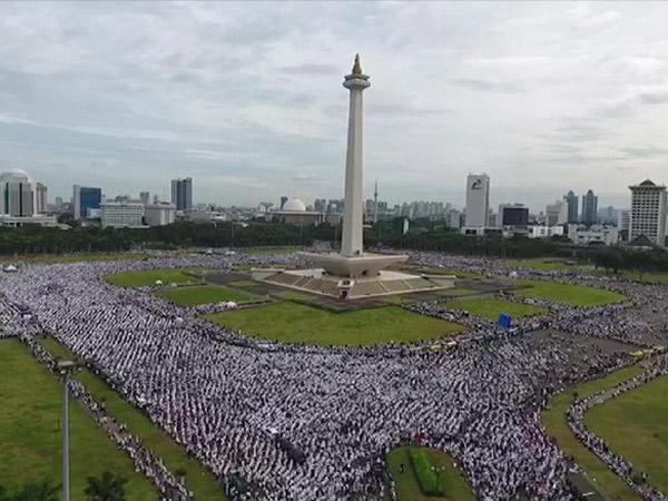 Berlangsung Tertib, Massa Aksi Damai 2 Desember Sempat Bentang Dua Bendera Raksasa