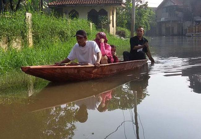 Demi Perubahan, Warga Kampung Ini Rela Terjang Banjir Untuk Nyoblos di TPS