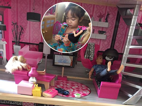 Praktikan Tradisi Lepas Alas Kaki Pada Boneka Barbie, Balita Ini Jadi Perbincangan Netizen