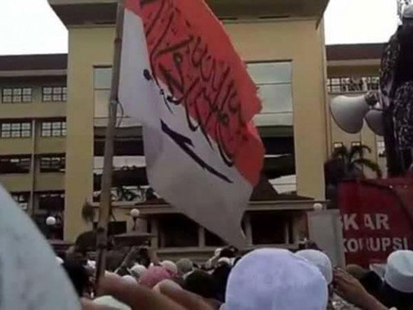 Disebut 'Awam Hukum', Ini Alasan Polisi Tetap Tahan Pembawa Bendera Bertulis Huruf Arab Saat Demo