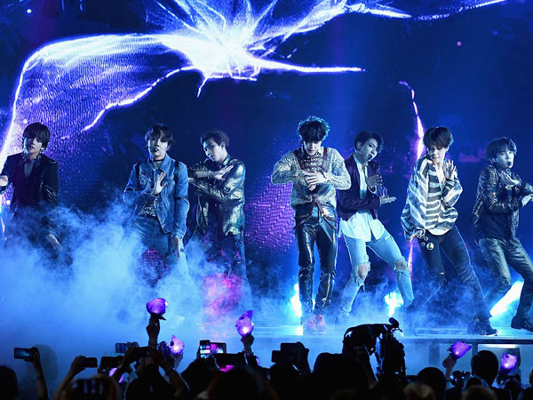 Penampilan Epik BTS Perdana Bawakan Lagu 'Fake Love' di #BBMAs
