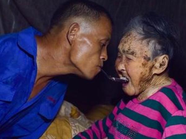 Chen, Pria Tak Berlengan yang Tulus Rawat Ibunya yang Sakit