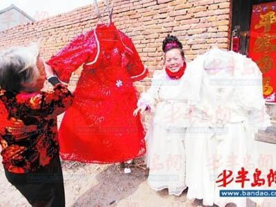 Wanita Ini Kenakan Gaun Pengantin Setiap Hari Selama 10 Tahun! Apa Alasannya?