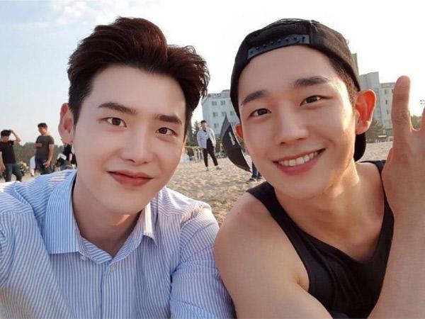Lee Jong Suk Kirimkan Dukungan untuk Jung Hae In di Lokasi Syuting Film Baru