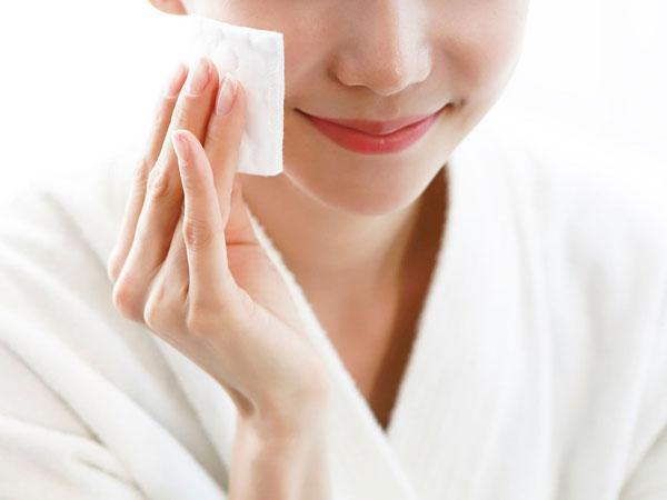 Ada Alasan Mengapa Pakai Micellar Water Saja Tak Cukup untuk Bersihkan Makeup