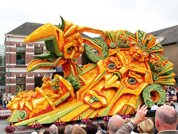 Terbuat Dari Ribuan Bunga, Intip Meriahnya Festival 'Transportasi Berbahaya' Ini