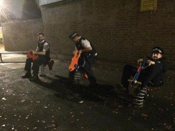 Posting Foto Bermain Kuda-kudaan Saat Bertugas, Polisi Ini Tuai Kontroversi