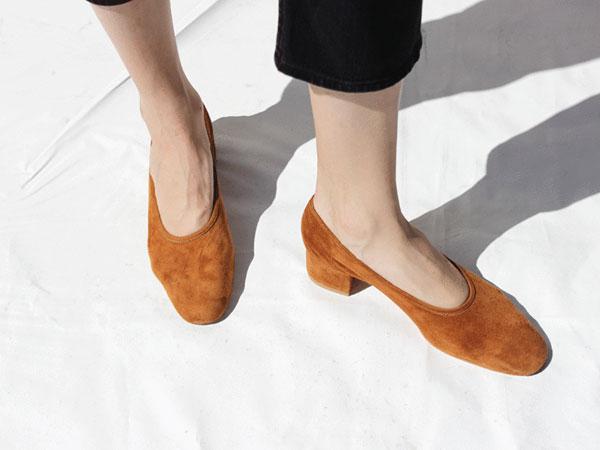 Tips Mudah Bersihkan Sepatu Suede dengan Micellar Water, Bikin Awet!