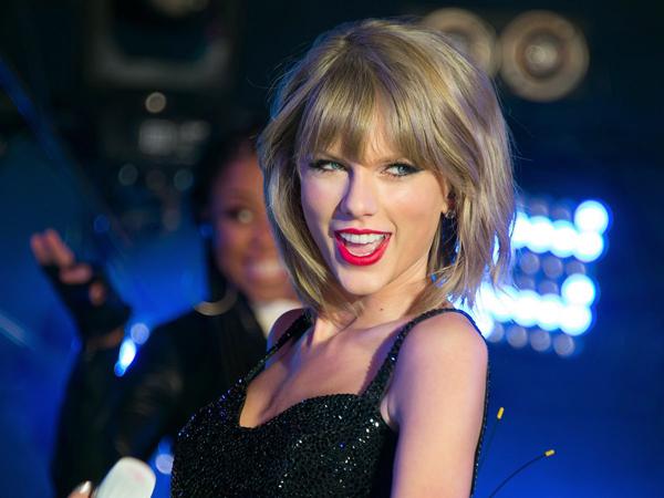 Karena 'Ulah' Penggemar, Taylor Swift Nyaris Jatuh di Tangga Panggung!