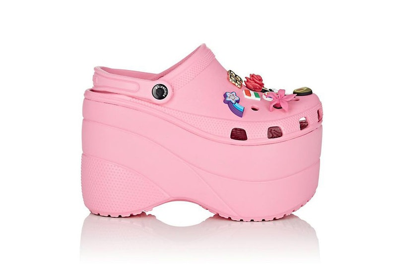 4c46c94d39a ... namun keluaran pertama Balenciaga Platform Crocs yang bisa didapat  pelanggan baru dua warna yaitu pink dan  toast  atau yang lebih mirip  dengan warna ...